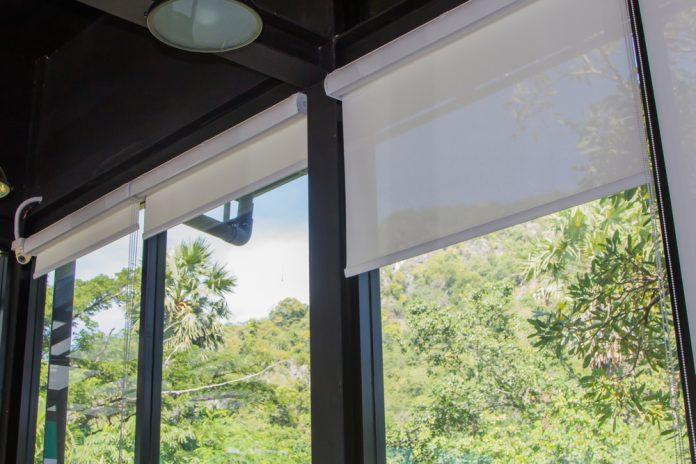 látkové žalúzie zabezpečujúce príjemné ochladenie interiéru moderného domu
