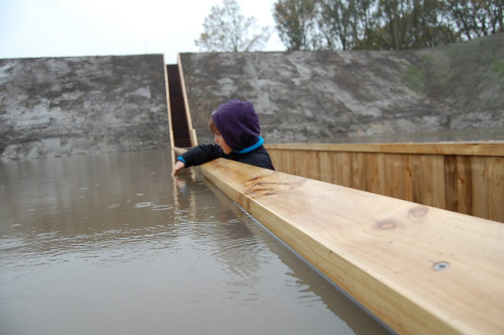 "úzky ,,prierez"" naprieč vodnou hladinou - Mojžišov most"