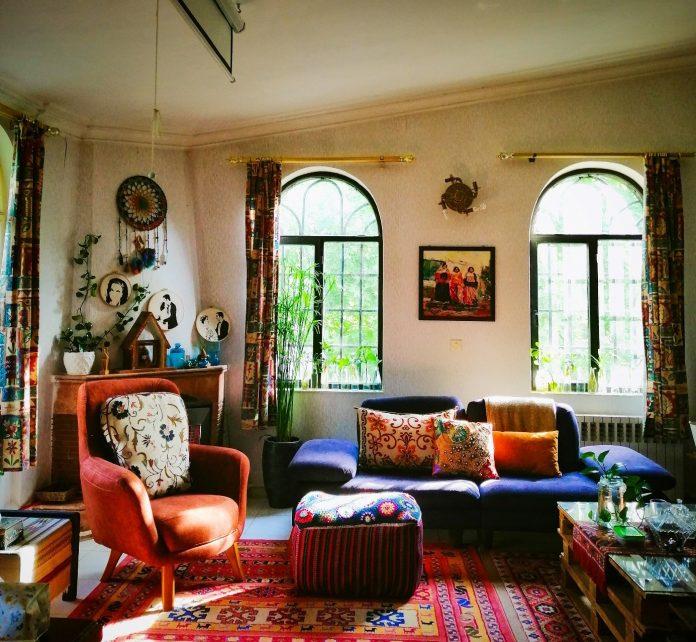 interiér letného domčeka zariadeného v etno štýle