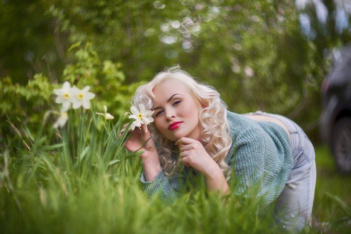 žena v záhrade počas jarných dní