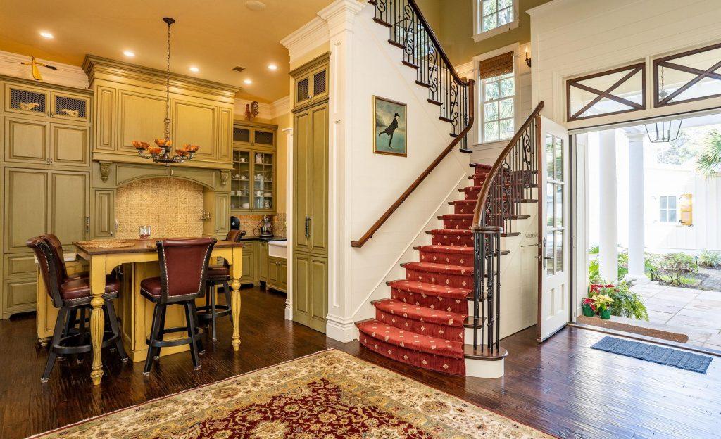moderné schodisko v dome zariadenom v americkom štýle