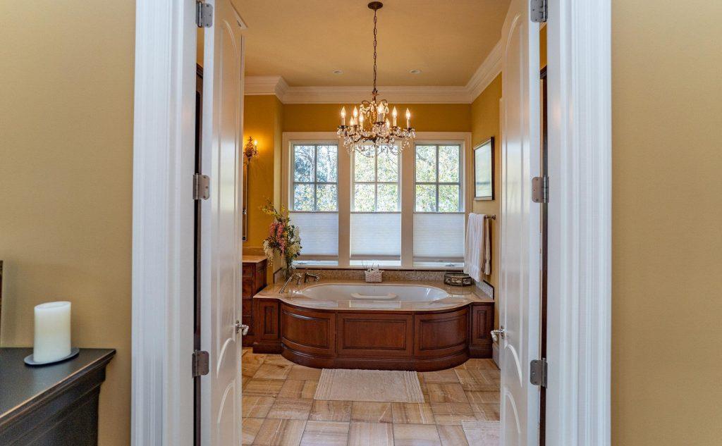 moderná kúpeľňa v dome zariadenom v americkom štýle