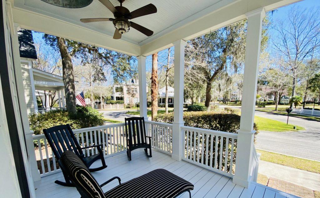 terasa pred domom - dom v americkom štýle so záhradným nábytkom