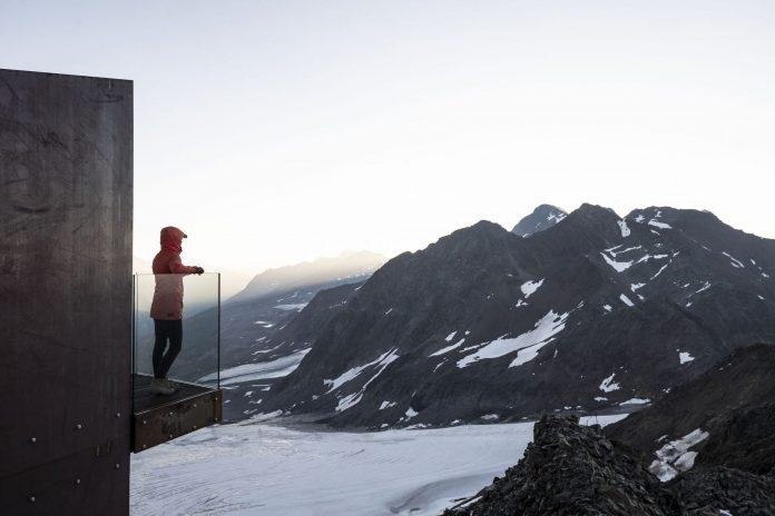vyhliadková plošina Otzi Peak 3251 m a pohľad na panorámu Talianska