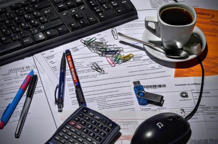 pracovný stôl v kancelárii