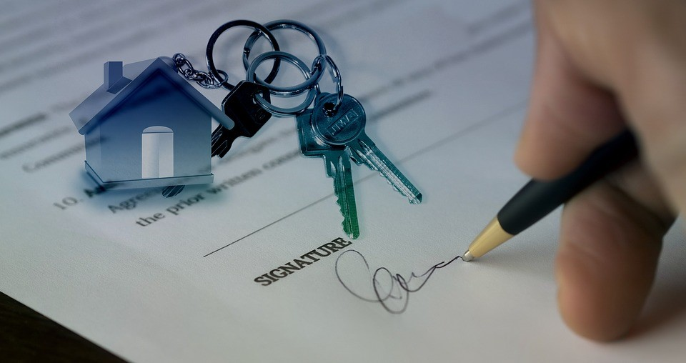 mladý podnikateľ podpisuje darovaciu zmluvu na byt