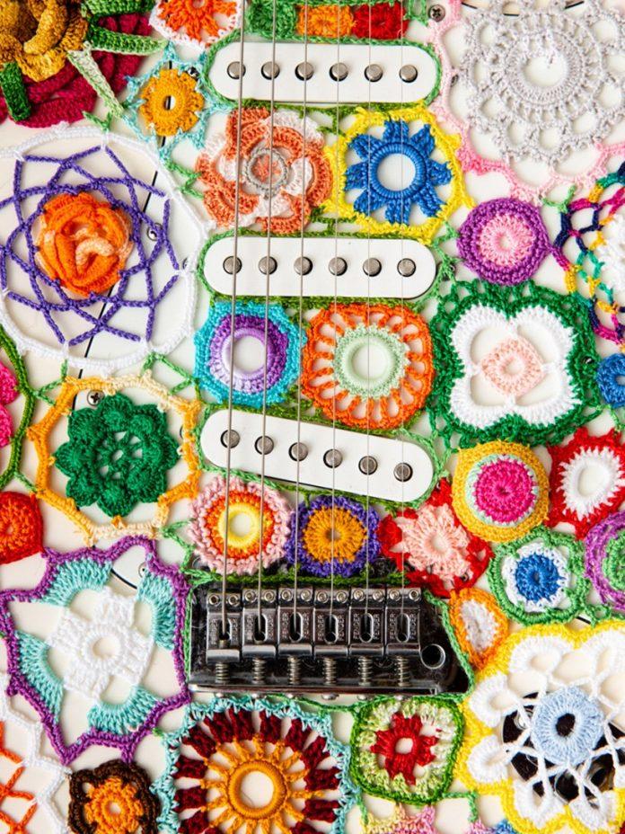 The Power of Flowers obháčkovaná elektrická gitara Fender Stratocaster