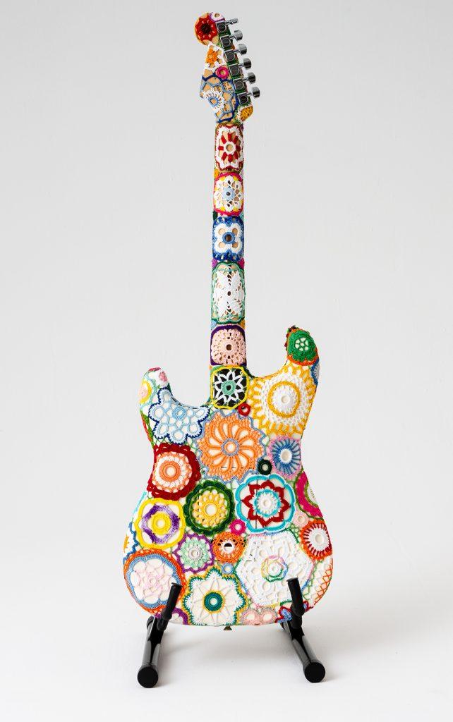 """""""The Power of Flowers"""" Obháčkovaná elektrická gitara Fender Stratocaster"""
