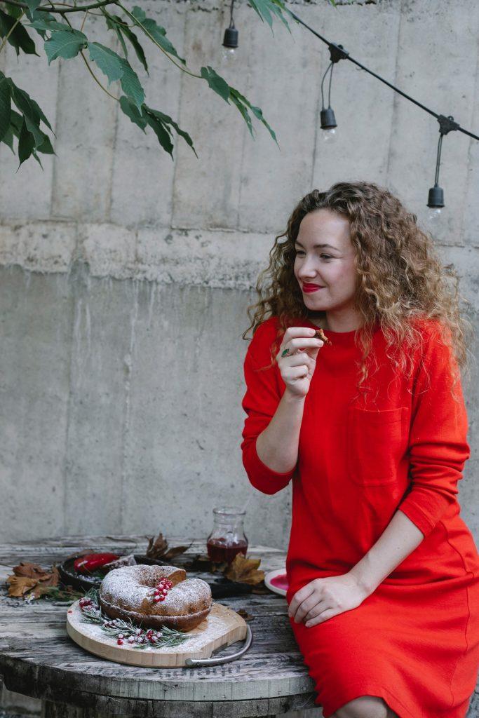 mladá mama organizuje párty na svojej terase