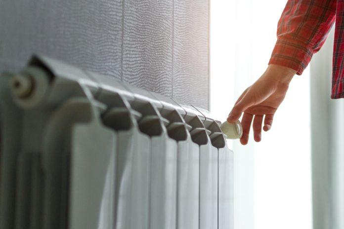 ruka dotýkajúca sa radiátora