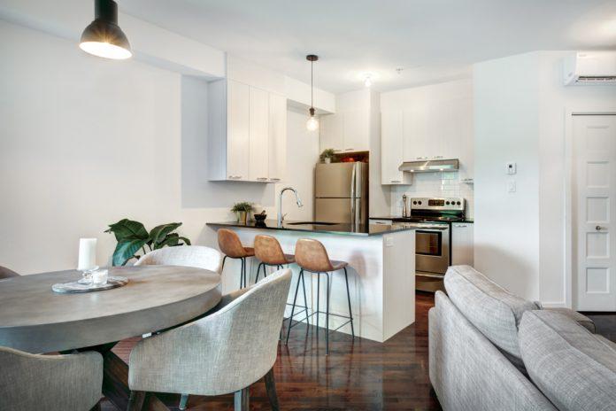 moderný interiér krásne zariadená obývačka s kuchyňou