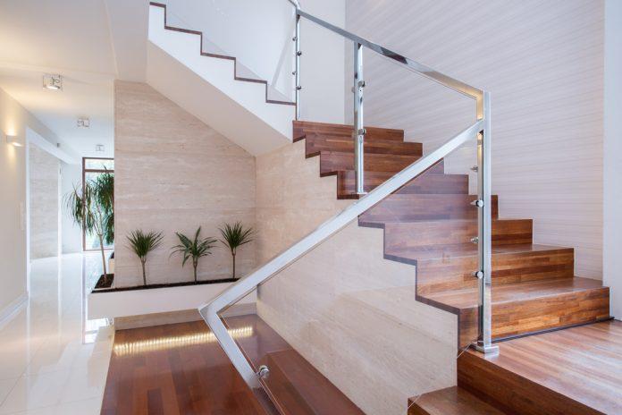 krásne a moderné schody v interiéri rodinného domu