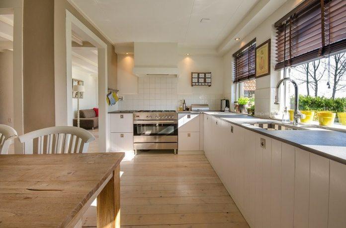 krásna moderná kuchyňa s drevenou podlahou a moderným kuchynským zariadením