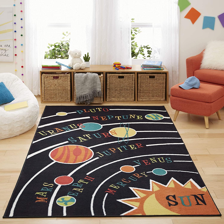 Detský koberec uprostred izby