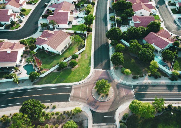 Pohľad na kruhový objazd v obytnej zóne