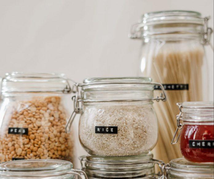Rôzne sklenené dózy s potravinami