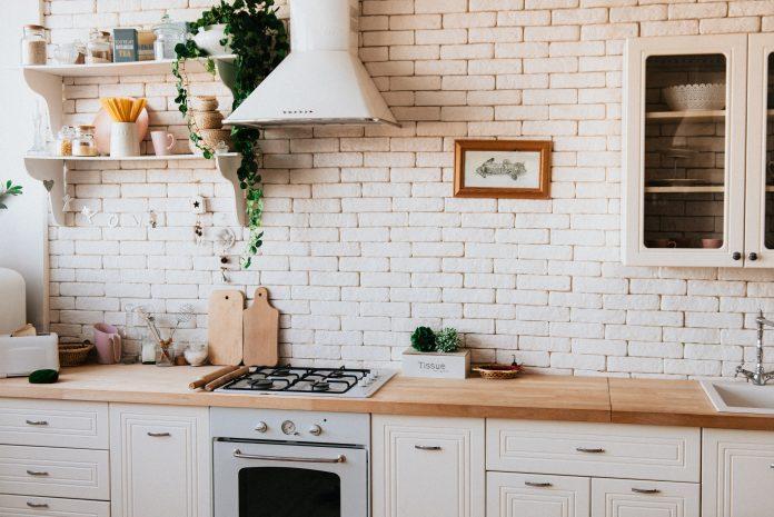 Kuchyňa s bielym obkladom