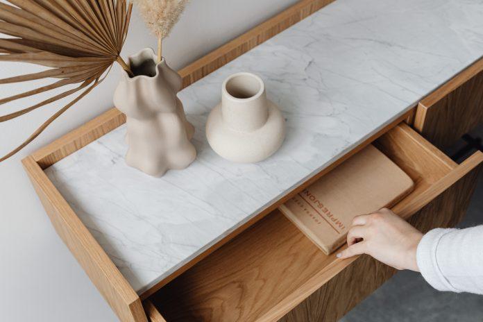 Drevený stolík so zásuvkou a zaujímavou dekoráciou