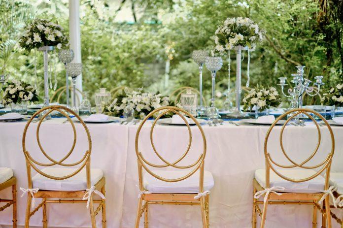 Svadobný stôl s drevenými stoličkami