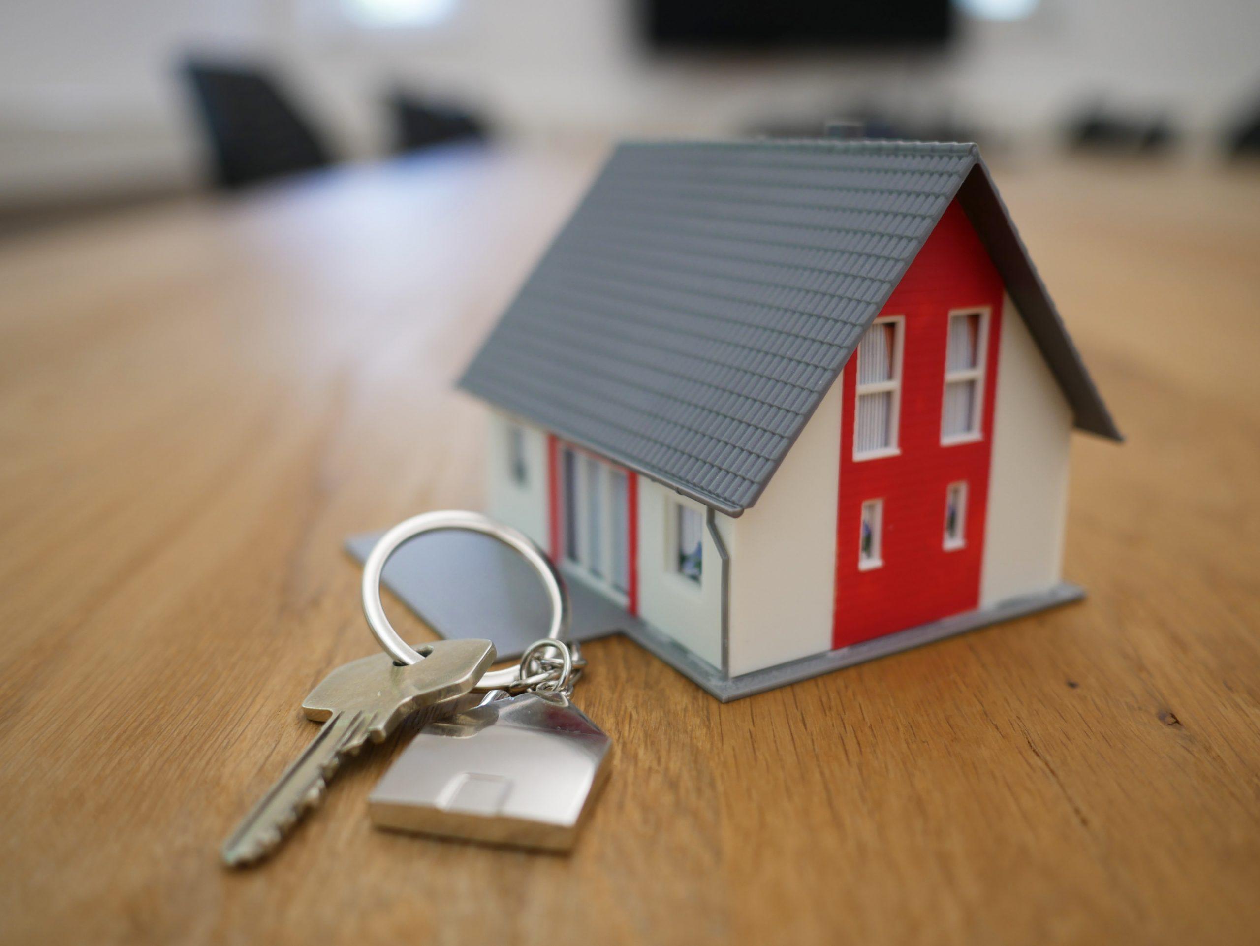 Miniatúra domčeka a kľúče