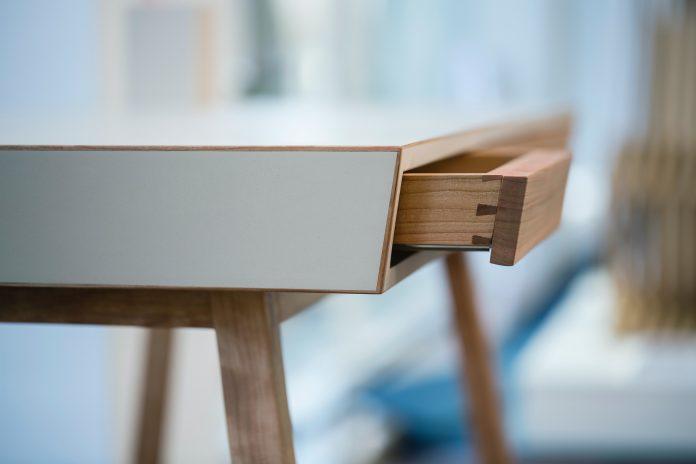 Drevený stolík so zásuvkou