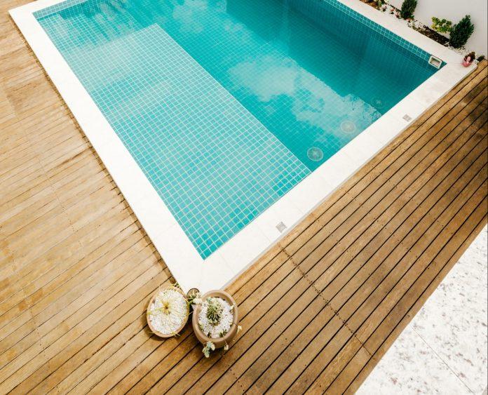 Bazén s drevenou dlažbou