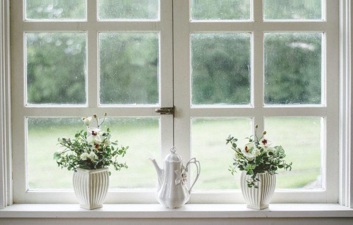 Okno s bielym rámom a kvetinami