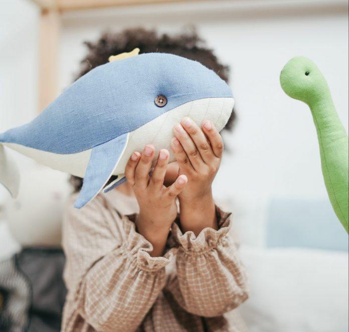 Dievčatko s hračkou veľryby