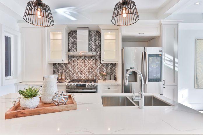 Moderná biela kuchyňa batéria