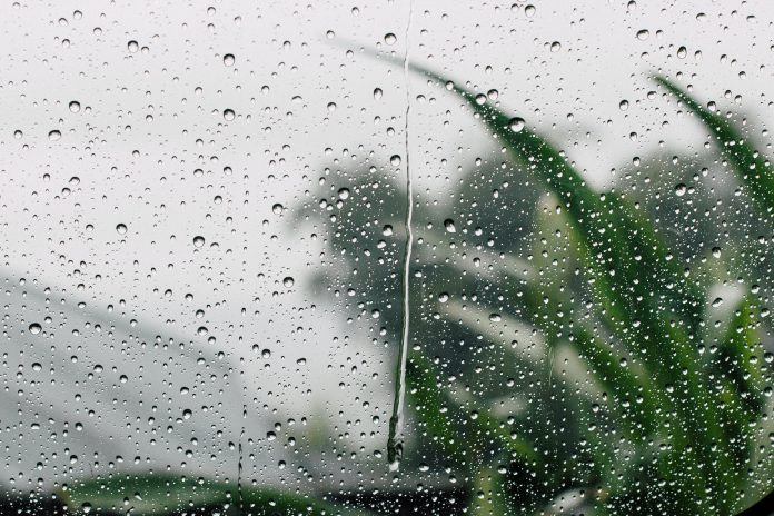 Pohľad z okna na dážď