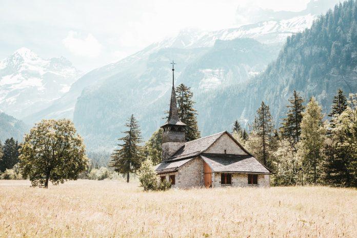 Kostolík v poli