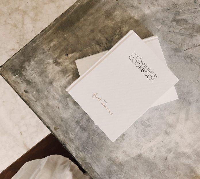 Betónový stôl s knihou