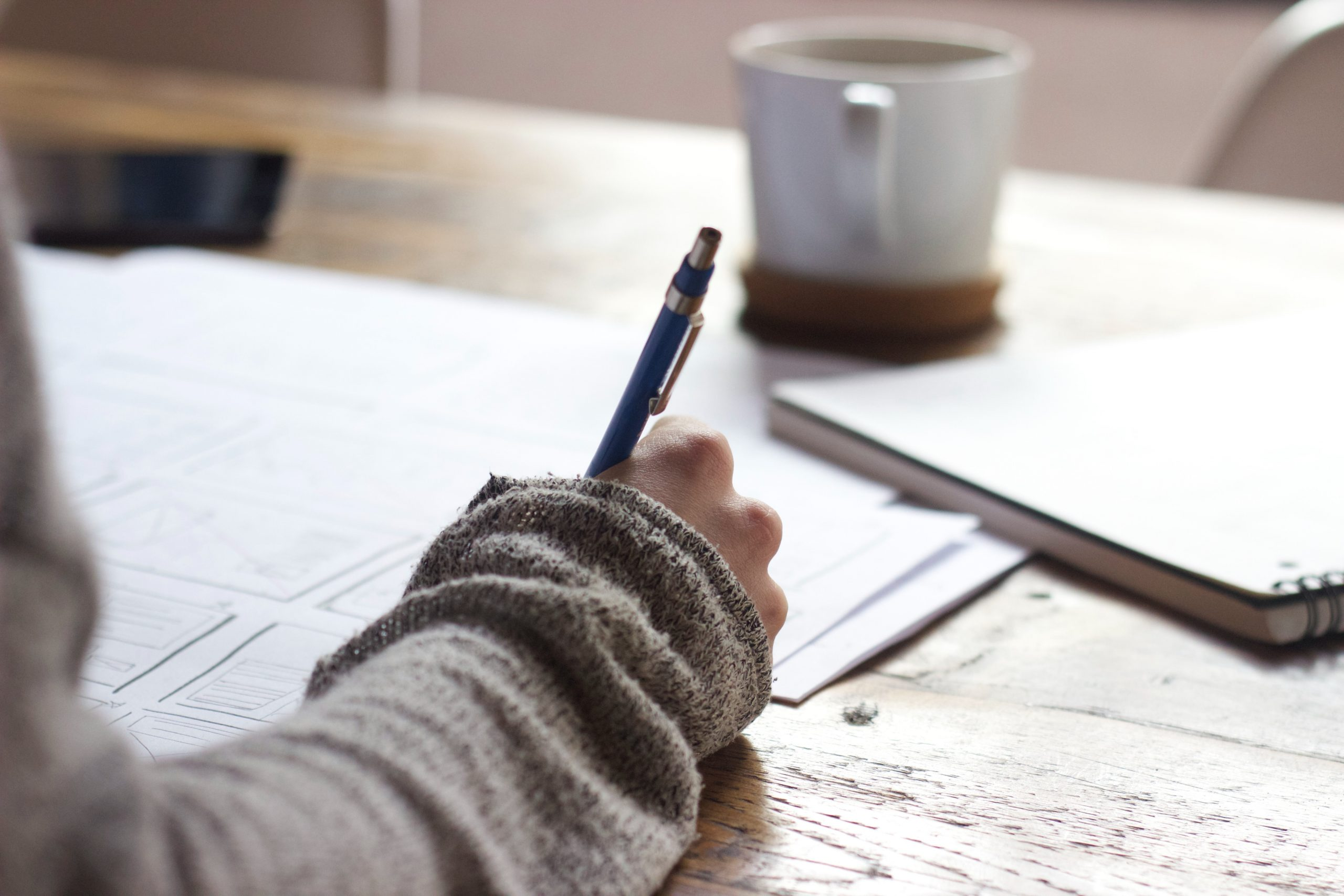 žena píšuca na papier