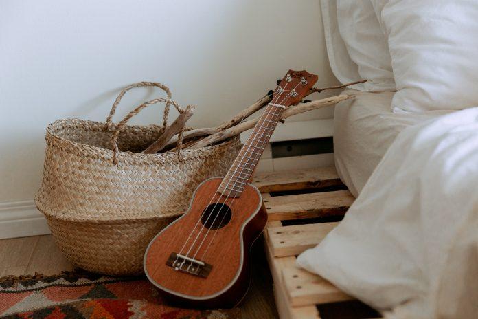 Kôš a gitara pri posteli