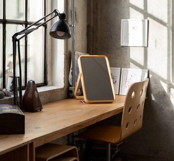 Stolík s lampou a zrkadlom