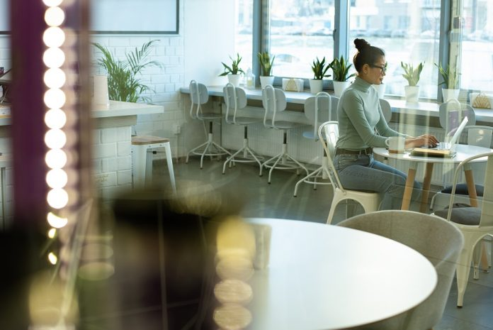 žena v kancelárii