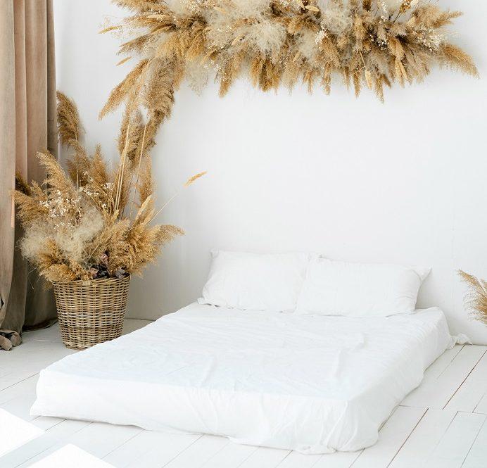 Matrac a slamené dekorácie
