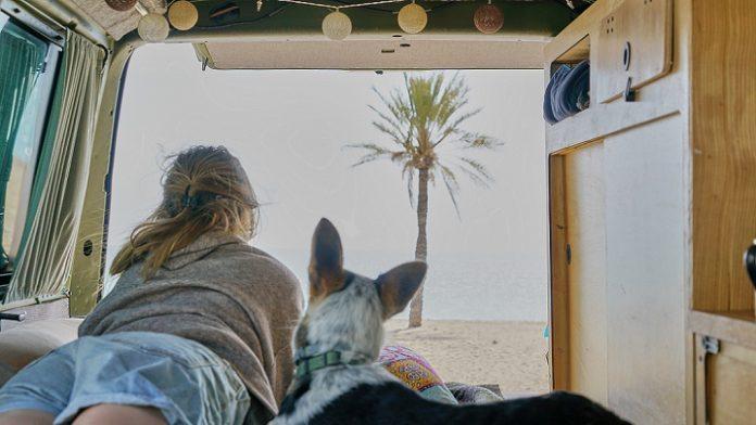 Žena so psom v karavane