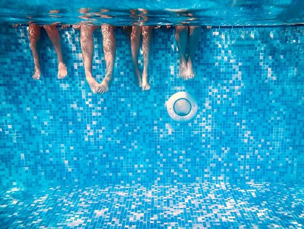 Nohy ponorené v bazéne