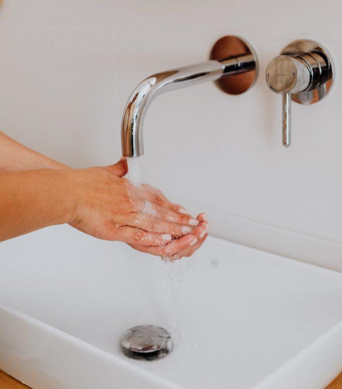 Umývanie rúk v umývadle